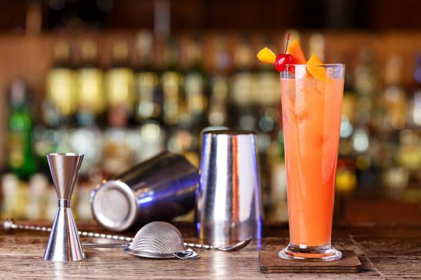 อุปกรณ์ที่ใช้ทํา cocktails ที่นักบาร์เทนเนอร์ควรใช้ให้เป็น